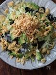 千切りキャベツとアボカドのカリカリお揚げサラダ。