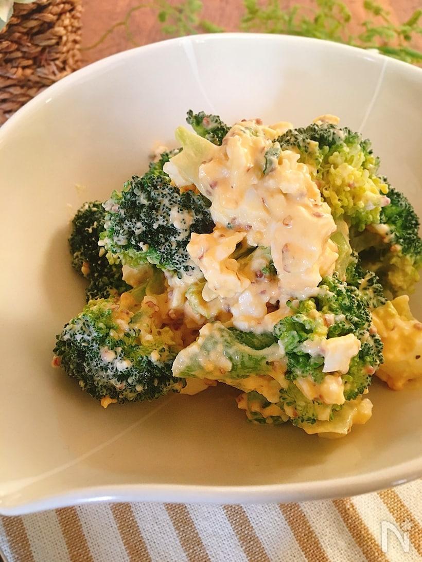 器に盛られたブロッコリーとゆで卵の粒マスタード和え