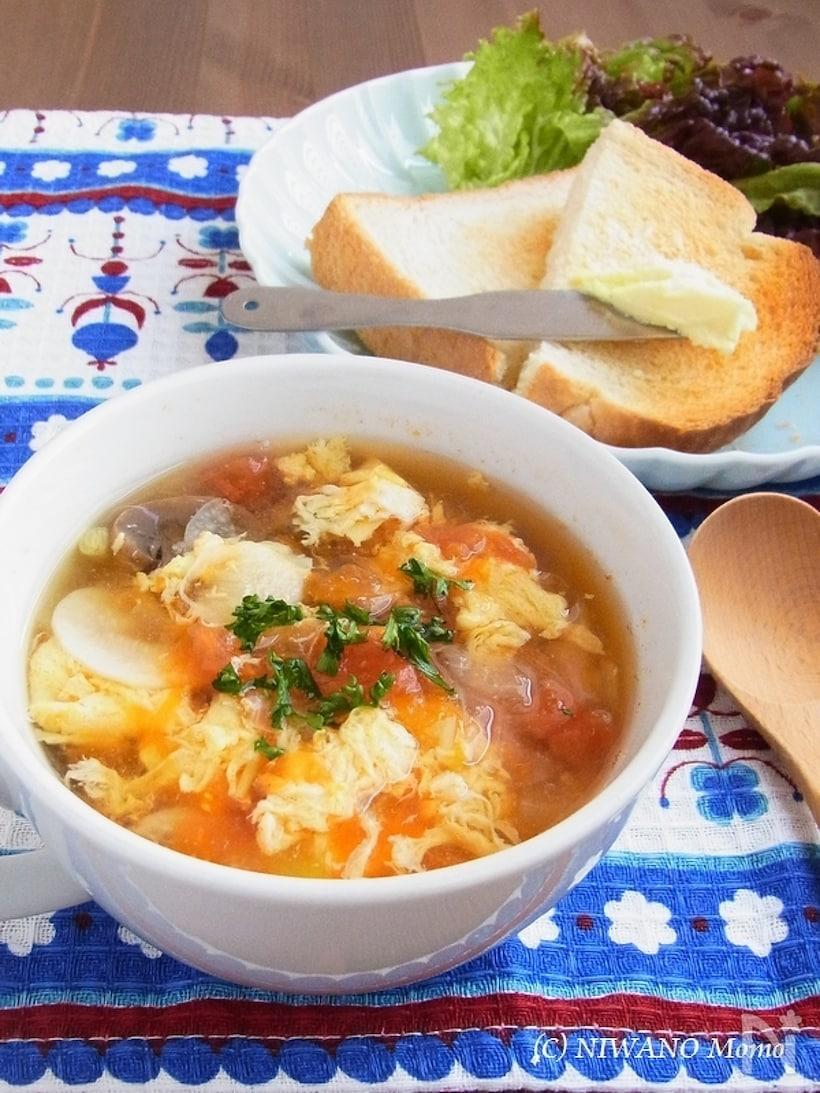 器にたっぷり盛られたにんにくとトマトのふわふわ卵スープ