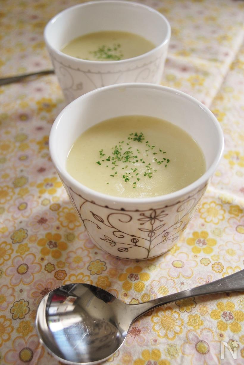 白い器に入ったセロリとかぶのスープ