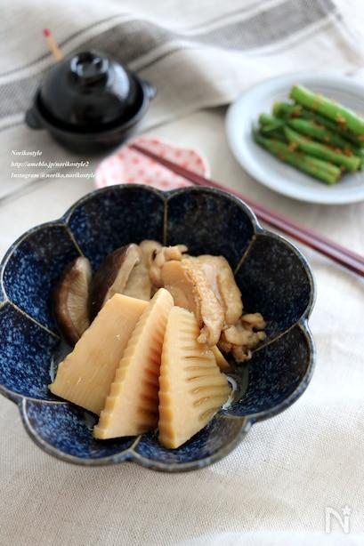 筍、鶏肉、しいたけをしょうゆ、酒、みりんで煮込んだやさしい味わいのひと品。