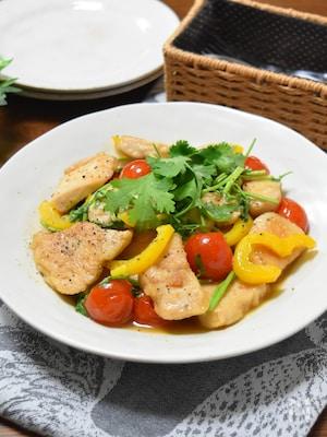 鶏むね肉とトマトとパクチーのエスニック炒め