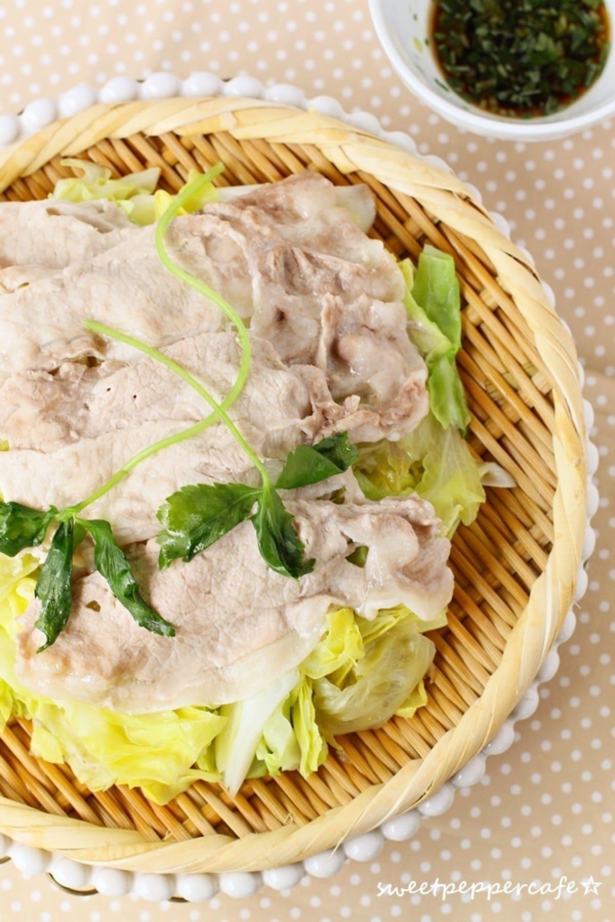 葉物野菜と豚バラ肉のざる蒸し