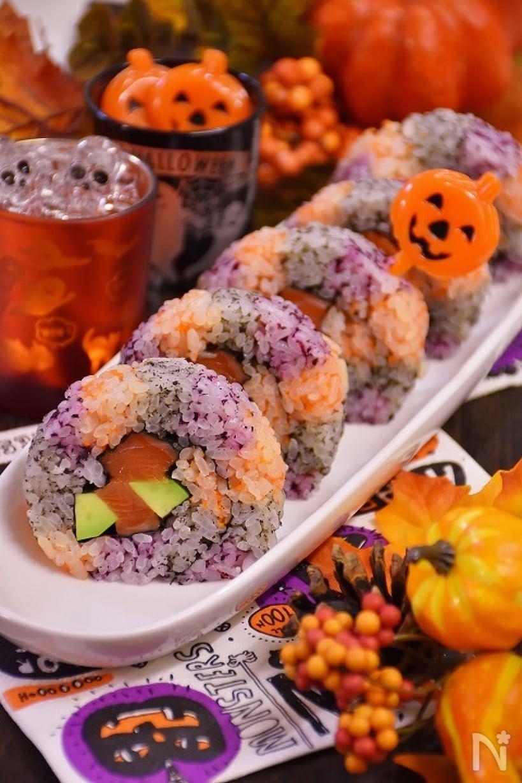 ゆかり、にんじんのすりおろし、すり黒ごまで色づけしたごはんでアボカドとサーモンを巻いた巻き寿司。