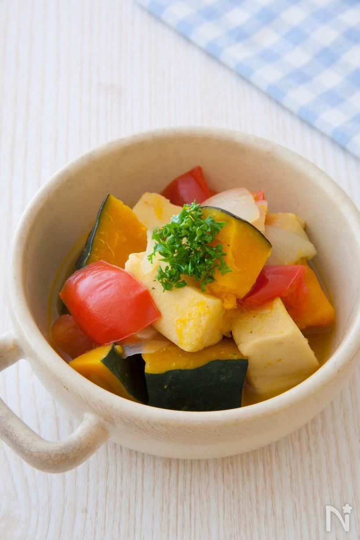 取っ手付きの白い深皿に盛られた高野豆腐のコンソメ煮