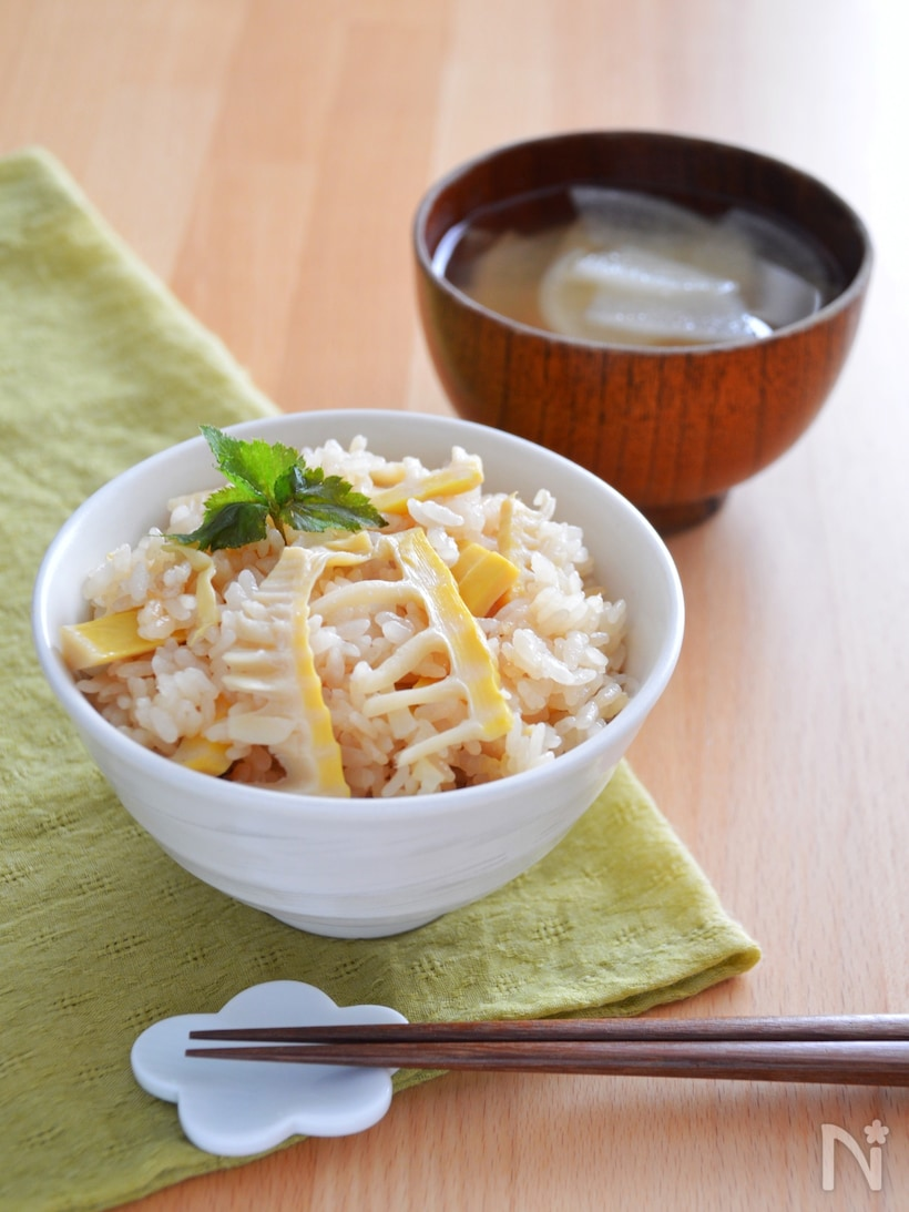 お茶碗に盛り付けた炊き込みご飯とテーブルに並んだ味噌汁
