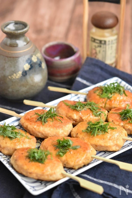 長方形の皿に盛られた、串ざしの鶏つくねの照り焼き8本