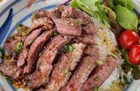 米一粒まで愛おしい!にんにく香る甘辛バター醬油の牛ステーキ丼