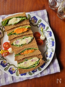 ベーコンポテサラとキャロットラぺのサンドイッチ