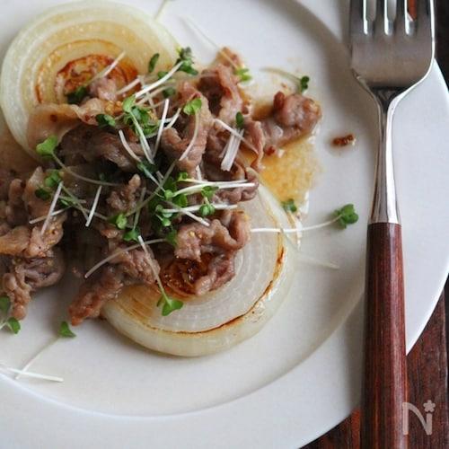 新玉ねぎのステーキ。豚のマスタード炒めのせ。