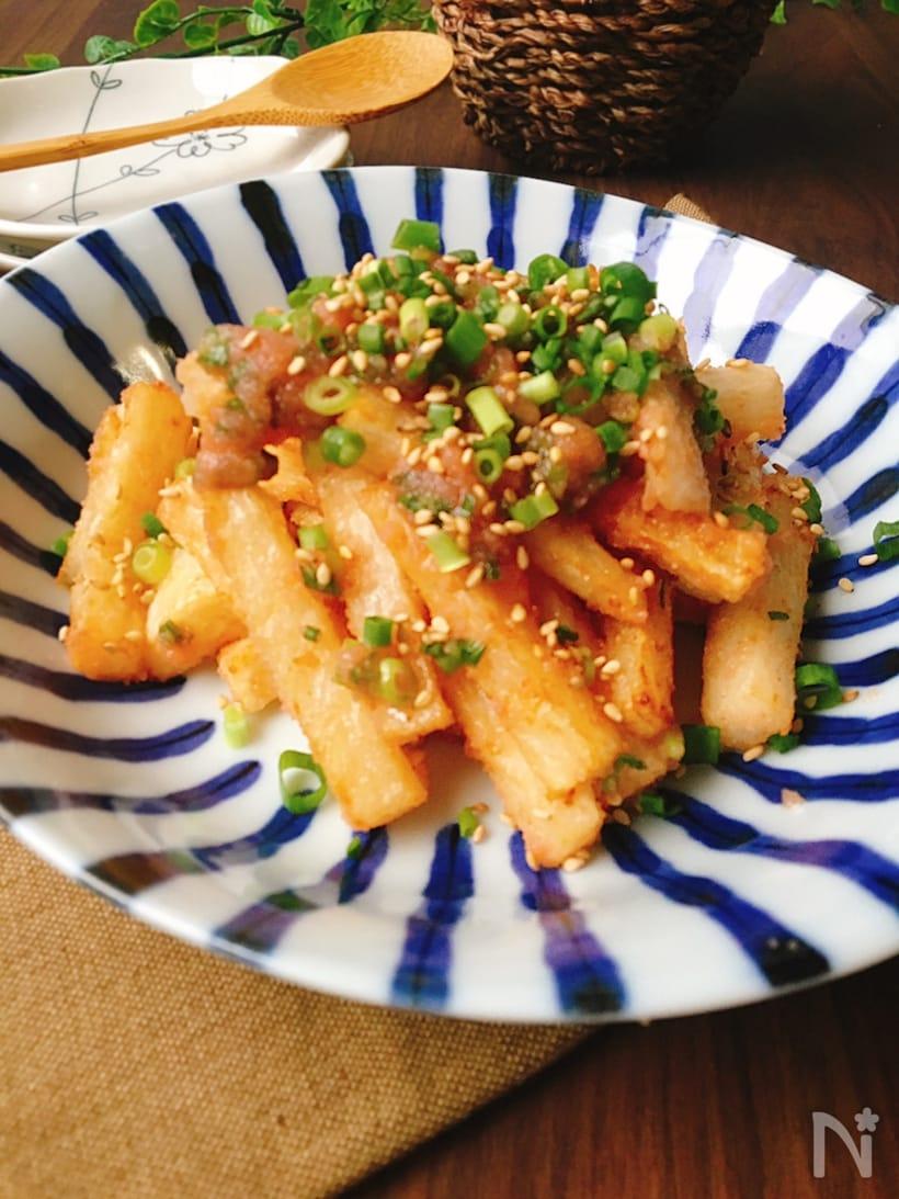 青と白の皿に盛られた長芋の明太子白だしあえ