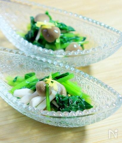 ガラス皿に盛られた柚子皮トッピングのしめじと小松菜のサラダ