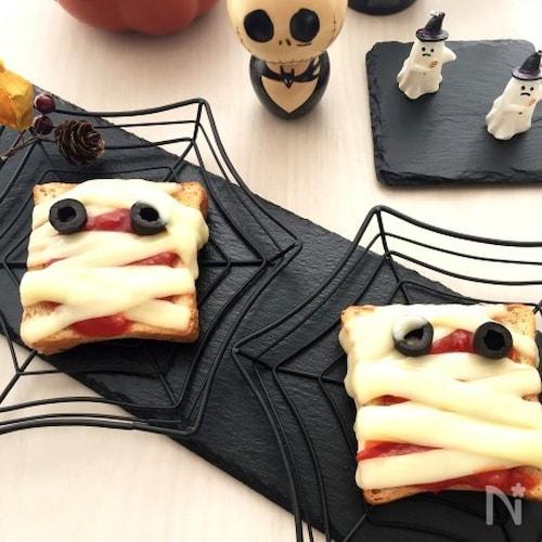 ハロウィンに♪簡単ミイラのピザトースト