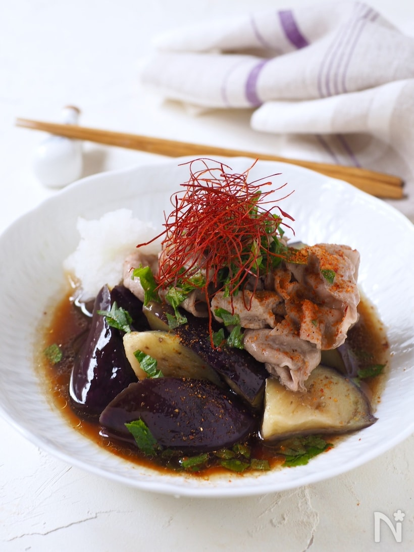 白い小皿に盛り付けた豚肉となすのさっぱりおろしポン酢和え