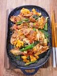 熱々を食べる「鉄板豚キムチ炒め」