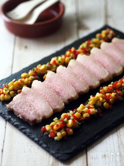 お皿に並べたもっちり蒸し豚