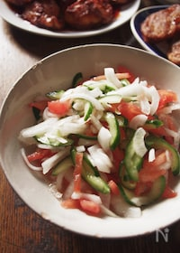 『インドのフレッシュサラダ、トマトときゅうりのカチュンバル』