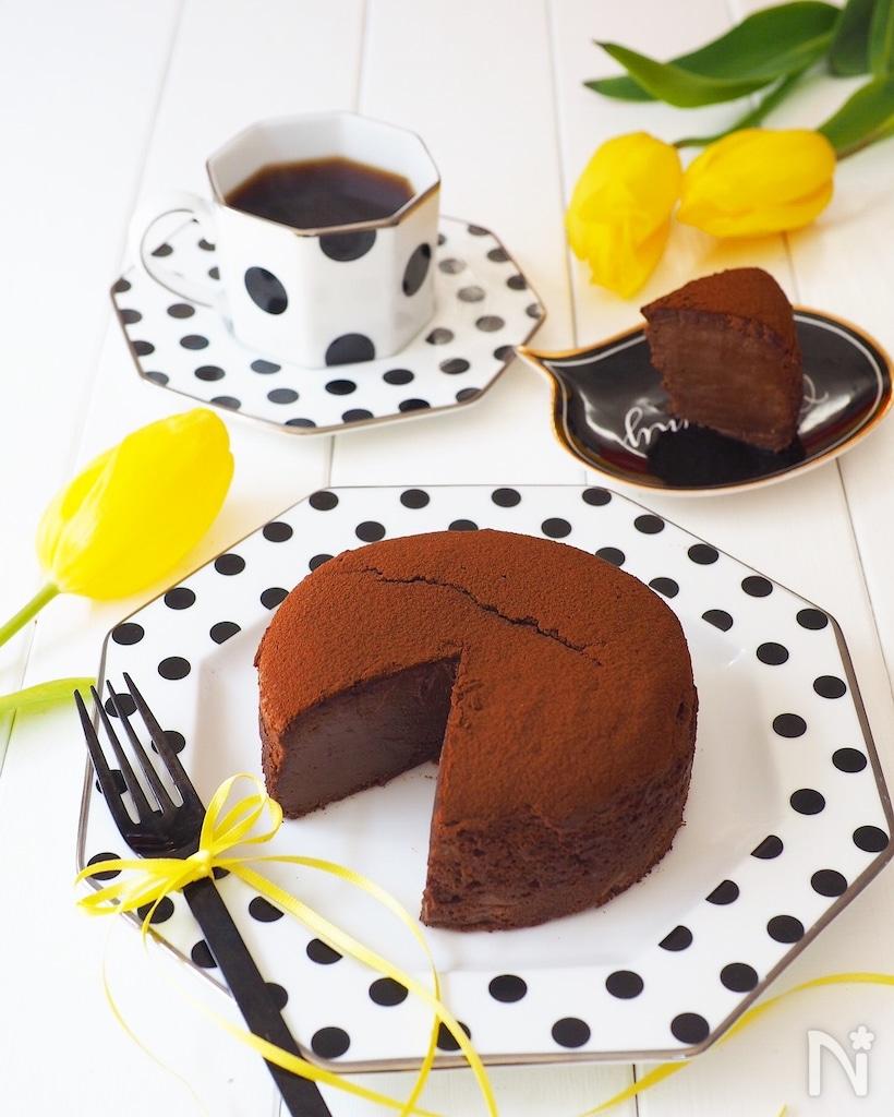 黒い水玉のお皿にのった生スフレチョコチーズケーキ