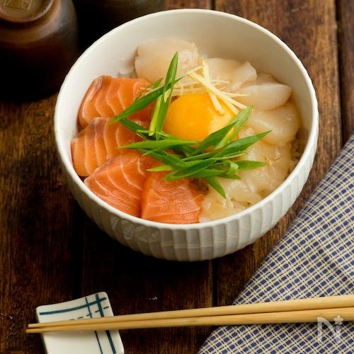 【タレが美味】ホタテとサーモンのユッケ丼