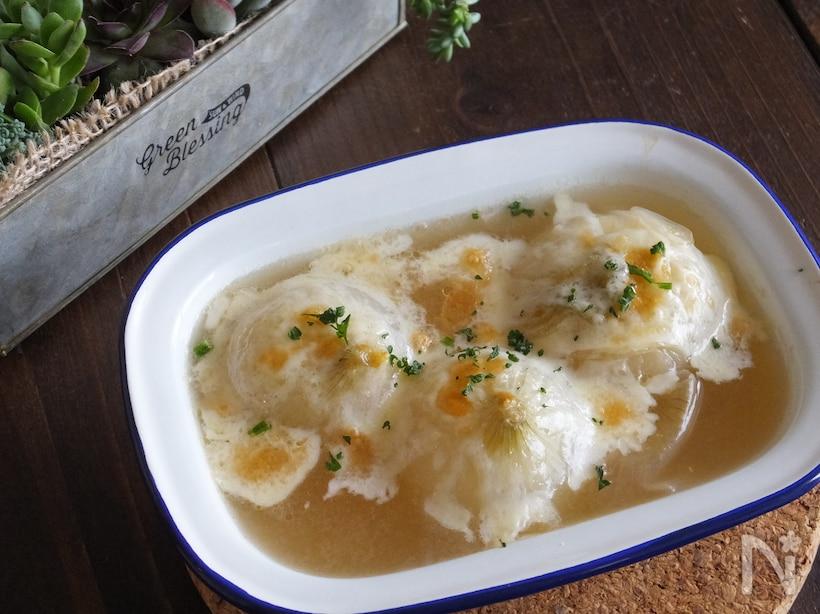 お皿に盛り付けた丸ごと新玉ねぎのオニオングラタンスープ