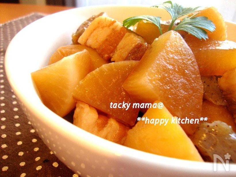 白い皿に入った、大根と豚バラの旨煮
