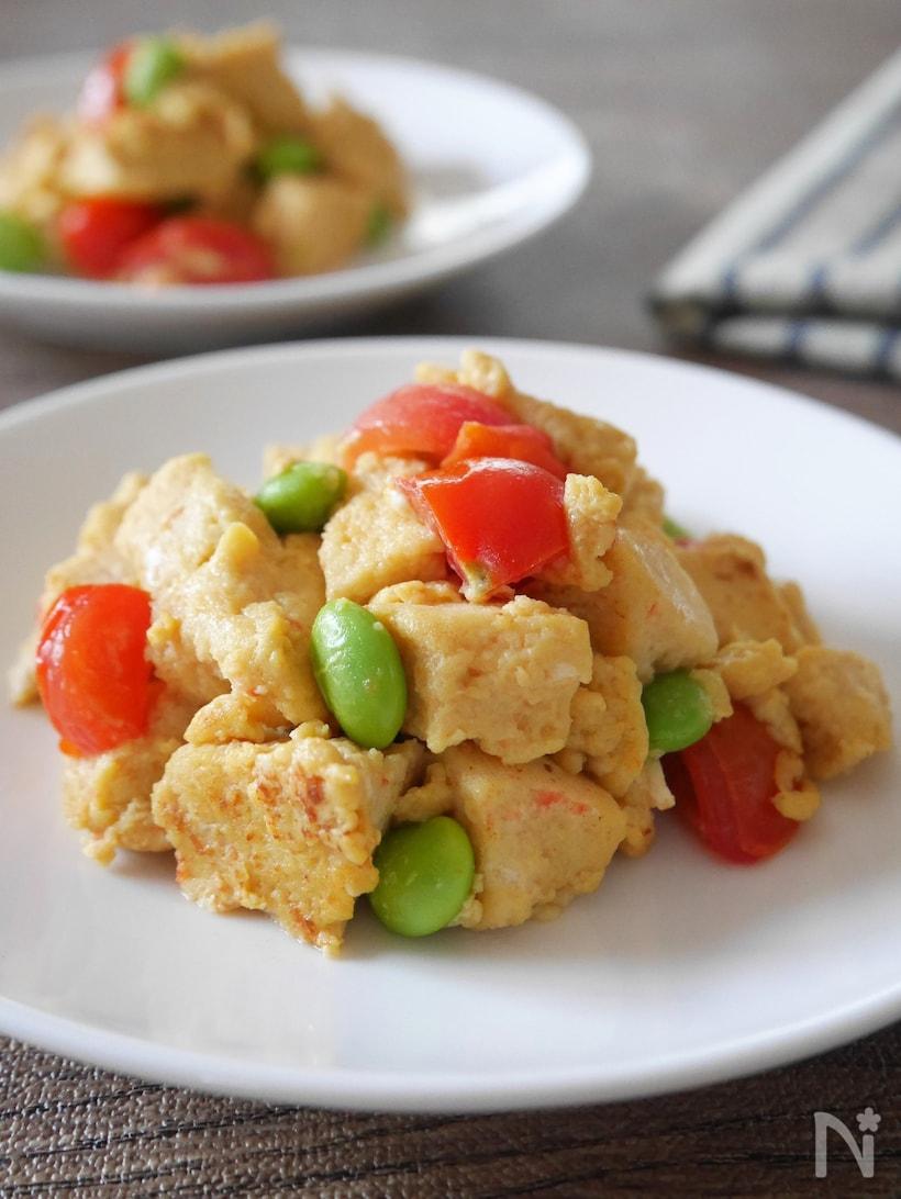 白い丸皿に盛られた、高野豆腐のカラフル卵炒め