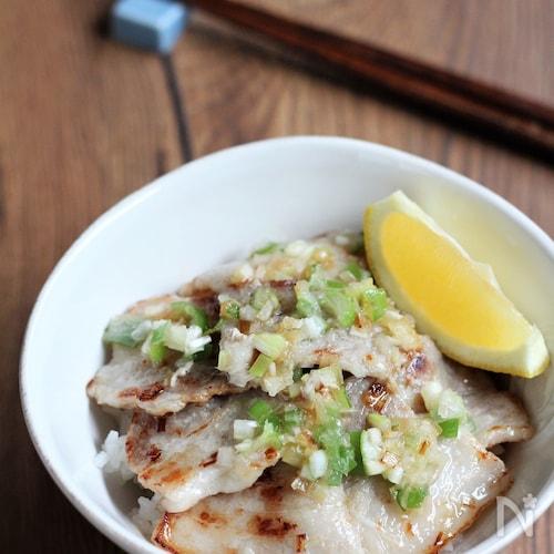 ガツンと美味しい ねぎ塩豚カルビ丼