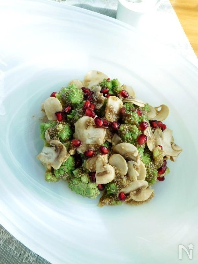 きれいなお皿に盛られたロマネスコのジュレ風チアシードマリネ