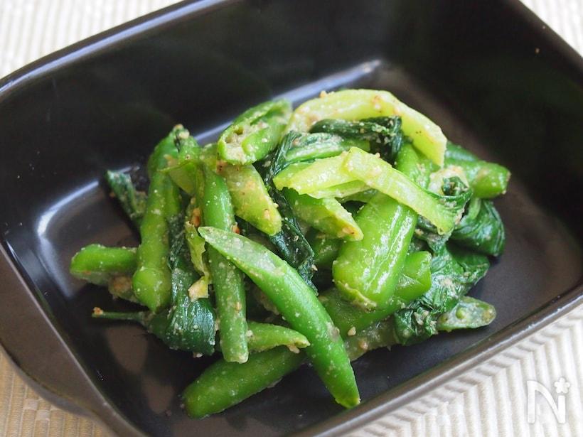 器に盛られたチンゲン菜といんげんとシシトウの緑野菜ナムル