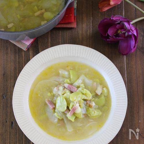 じんわり旨い♪春を味わうソラマメと新玉ねぎのシンプルスープ