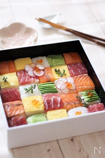白い重箱に入ったモザイク寿司