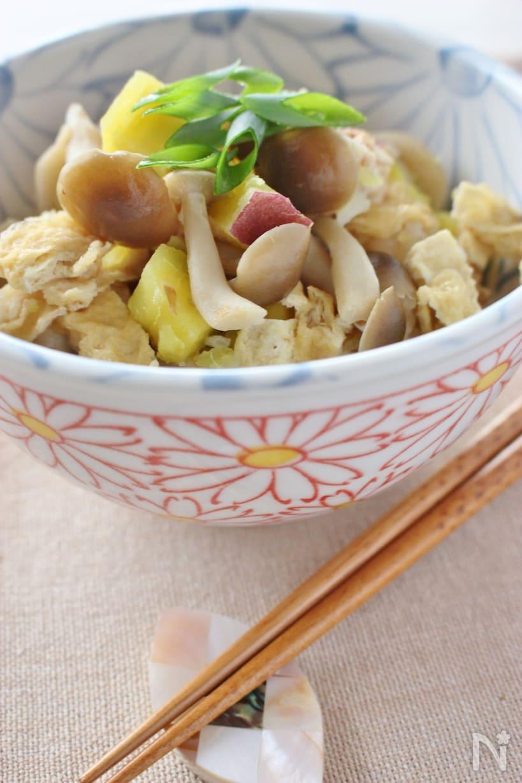 茶碗に盛られたしめじとさつまいもの炊き込みご飯