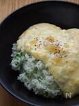 豆苗ペッパーライスの塩レモンクリームあんかけ丼。