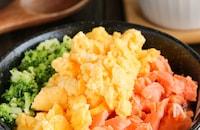 家族喜ぶ♪♪ふっくら焼鮭とふんわりそぼろ卵の三食そぼろ丼
