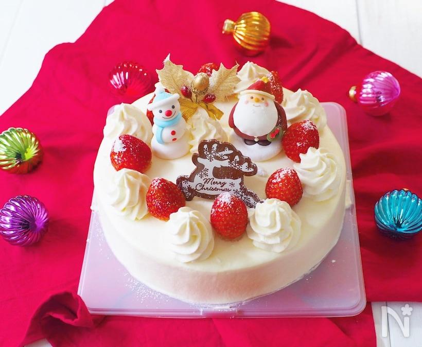 サンタが飾られているクリスマスケーキ