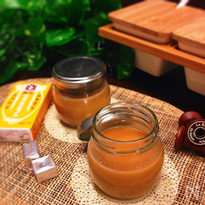 瓶に入ったキャラメルソースと市販の森永キャラメル