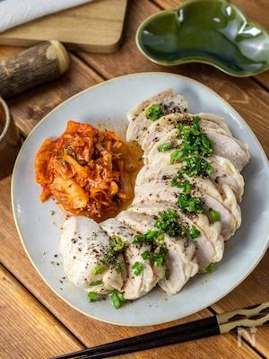 スパイス香る『ピリ辛ペッパー蒸し鶏』