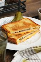 チーズとハムのフライパンホットサンド