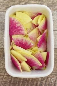 【材料2つ・調味料2つ】紅芯大根とりんごのマリネ。