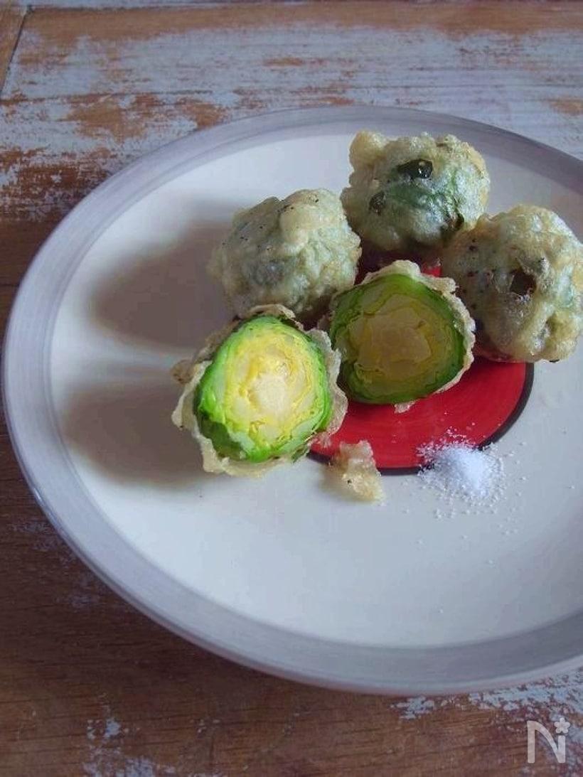 和風の白い大皿に盛られた芽キャベツの天ぷら
