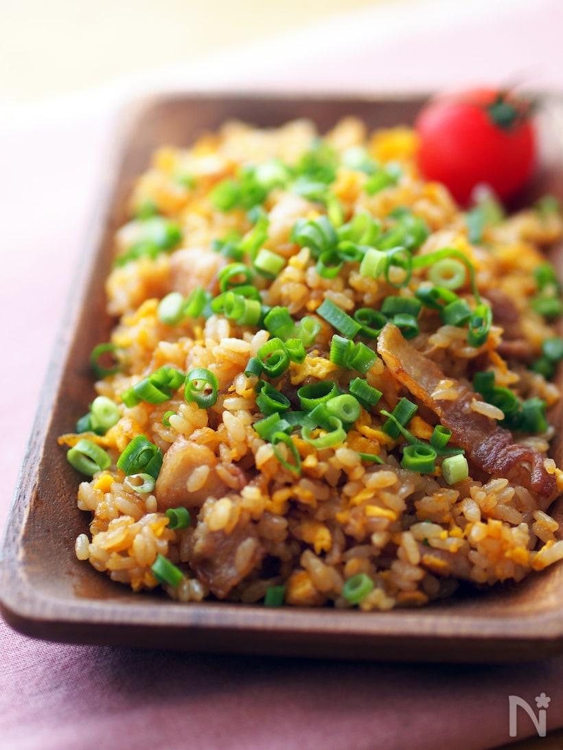 加熱した豚肉に溶き卵を流し込み、オイスターソースとマヨネーズで混ぜておいたごはんを炒め、最後にネギを散らしたチャーハン。