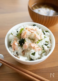 『秋鮭とワカメのだし炊き混ぜご飯*』