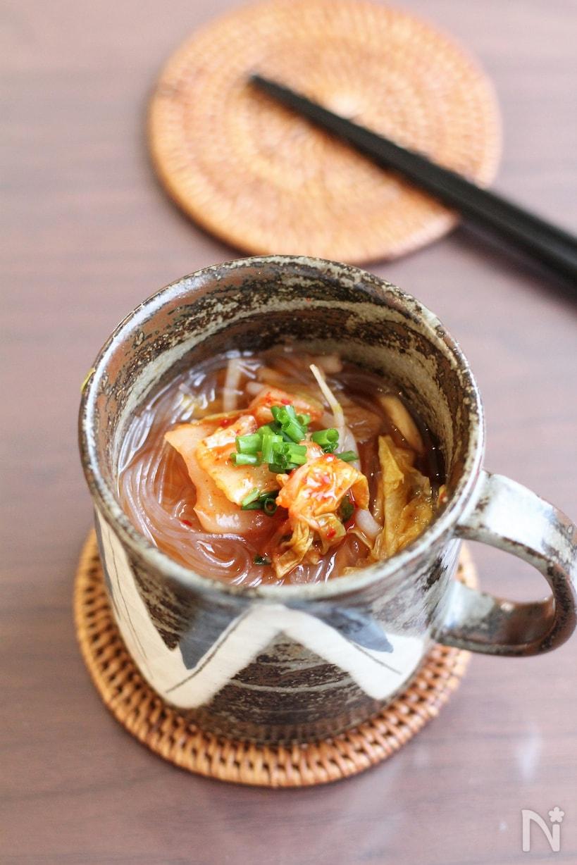 背の高いカップに作った春雨入りのキムチスープ