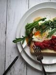 バジル香るトマトケチャップで食べるオープンサンド