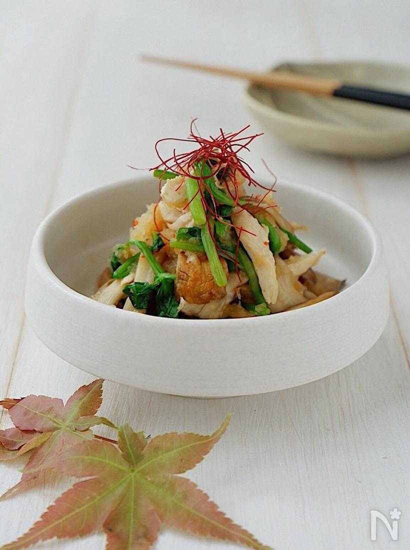 白いお皿に盛られたささみと舞茸と三つ葉のおろしポン酢和え