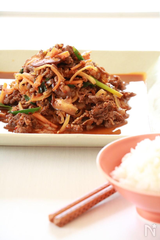 白い皿に盛られた、韓国産唐辛子を使ったプルコギ