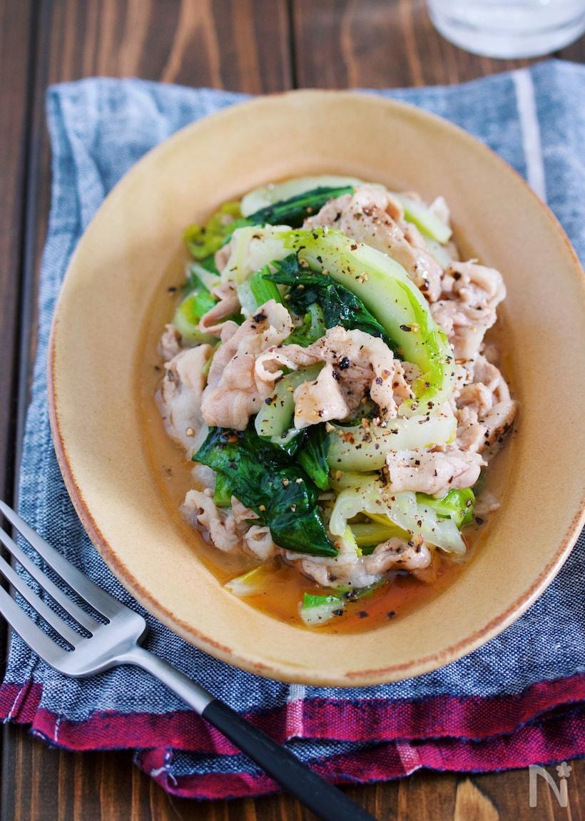 ベージュの楕円形のお皿に盛られた豚バラと白菜のとろとろ塩だれ炒め