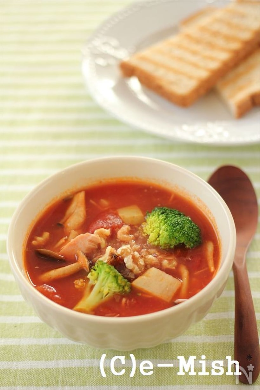 トーストと白いスープカップに入れたトマト缶とじゃがいもとツナのスープ