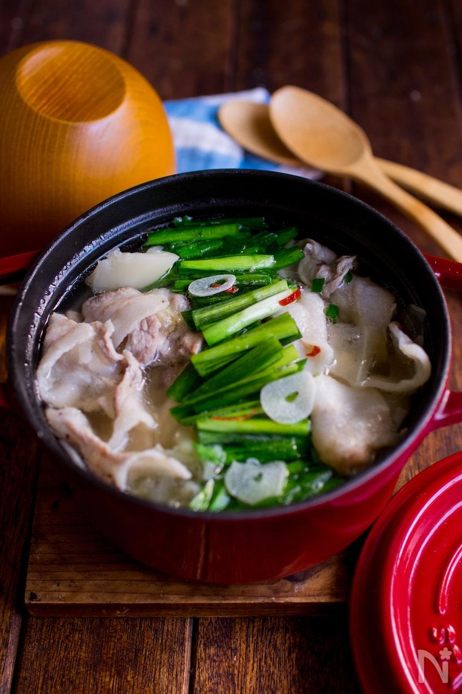 緑のニラが鮮やかな豚肉スープ