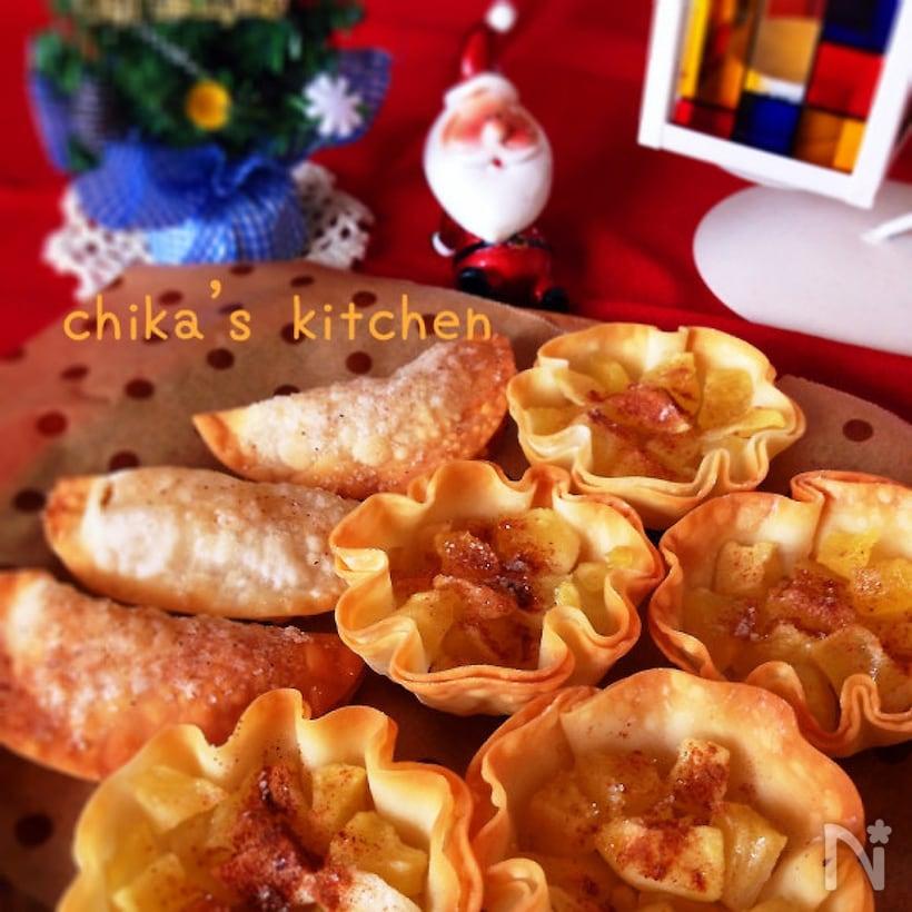 お皿に盛り付けた餃子の皮のカップアップルパイ